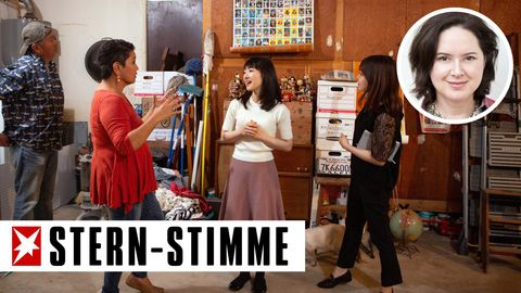 """Die japanische Bestsellerautorin (weißes Oberteil) in einer Szene der Netflix-Serie """"Aufräumen mit Marie Kondo"""""""