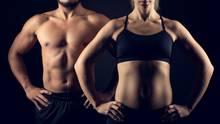 Abnehmen: Eine Frau und ein Mann haben Fitnesskleidung an