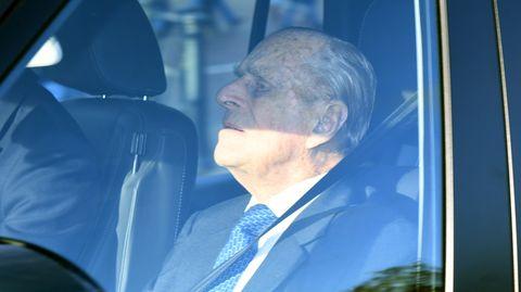 Prince Philip sitzt auf dem Beifahrersitz eines Autos und schaut nach vorn
