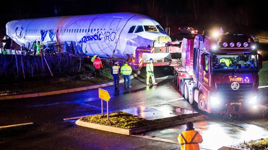 Logistische Meisterleistung: Per Schwerlasttransport wird der Rumpf des Airbus A320 von Lübeck nach Calw geschleppt