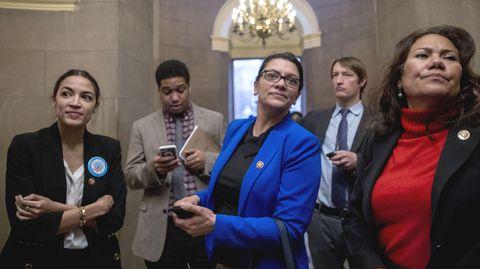 """Alexandria Ocasio-Cortez (l.), und weitere demokratische """"Freshmen"""" warten auf Republikanerführer Mitch McConnell"""