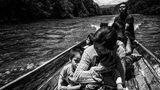 Viele Stammesgebiete sind unerschlossen, keine Straßen oder Brücken existieren. Diese Shuar-Familie reist mit dem Boot auf dem Yaupi-Fluss.
