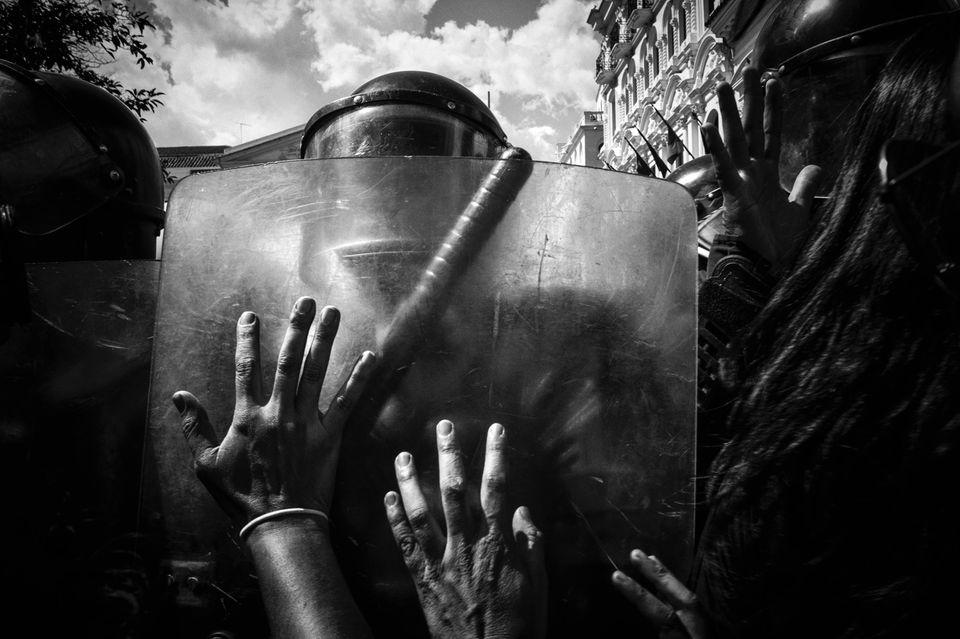 In der Hauptstadt Quito wehren Polizisten Menschen ab, die gegen Militärangriffe auf die Stämme in Nankints protestieren