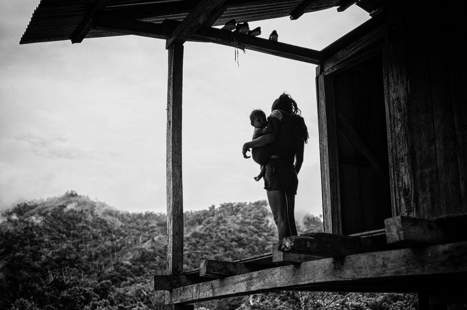 Von ihrer Veranda schaut Mirabel mit ihrem Erstgeborenen aufs Tal. Wenige Tage später wird das Dorf angegriffen. Der Kleine stirbt.