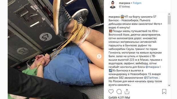 Ein Reise-Blogger filmte, wie der betrunkene Randalierer geknebelt am Boder der S7-Airlines-Maschine liegt