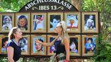 """Evelyn Burdecki (r.) und Doreen Dietel treten zu Schatzsuche """"Dschungel-Galerie"""" an. Dabei sollen die beiden ihre Mitcamper auf Kinderfotos erkennen und jeweils richtig benennen. Zudem müssen sie die Geheimnisse der Promis aus deren Kindheit richtig zuordnen. Klingt kompliziert - doch am Ende ist die Schatzsuche gewonnen."""