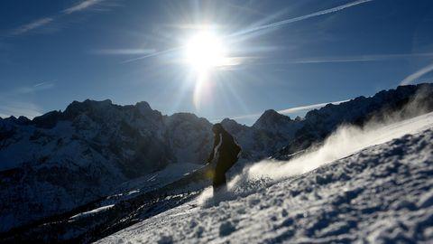 Skifahrer wie hier inGarmisch-Partenkirchen können sich wohl noch lange über Schnee freuen