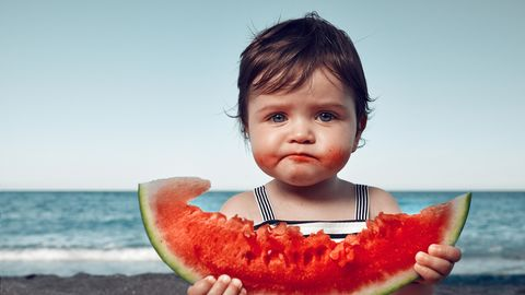 Kleines Kind mit Wassermelone