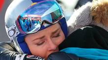 """20. Januar: Tritt Ski-Star Lindsay Vonn sofort zurück?  Schluss, Aus, Ende! Oder doch nicht? """"Ich wollte nicht aufhören, aber ich kann nicht weiterfahren. Die Schmerzen in meinem Knie sind zu viel und ich weiß nicht, was ich noch machen soll dagegen"""", sagte der Skistar dem österreichischen TV-Sender nach dem enttäuschenden Ausscheiden beim Super-G in Cortina d'Ampezzo. Auf die Frage, ob es am Sonntag ihr letztes Weltcup-Rennen gewesen sein könnte, antwortete die erfolgreichste Skirennfahrerin der Weltcup-Geschichte weinend: """"Ich glaube schon. Ich muss noch darüber nachdenken, aber es kann sein. Ich muss überlegen."""" Ob sie am kommenden Wochenende beim Weltcup in Garmisch-Partenkirchen antritt, ist fraglicher denn je."""