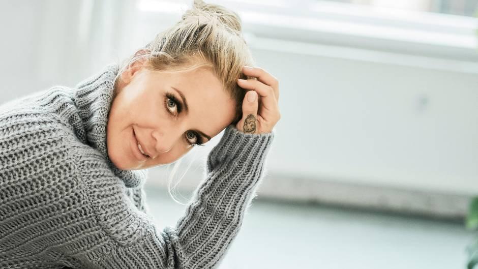 Charlotte Würdig blickt in die Kamera und lächelt