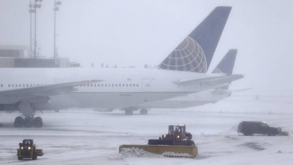United-Airlines-Flugzeug im Schnee