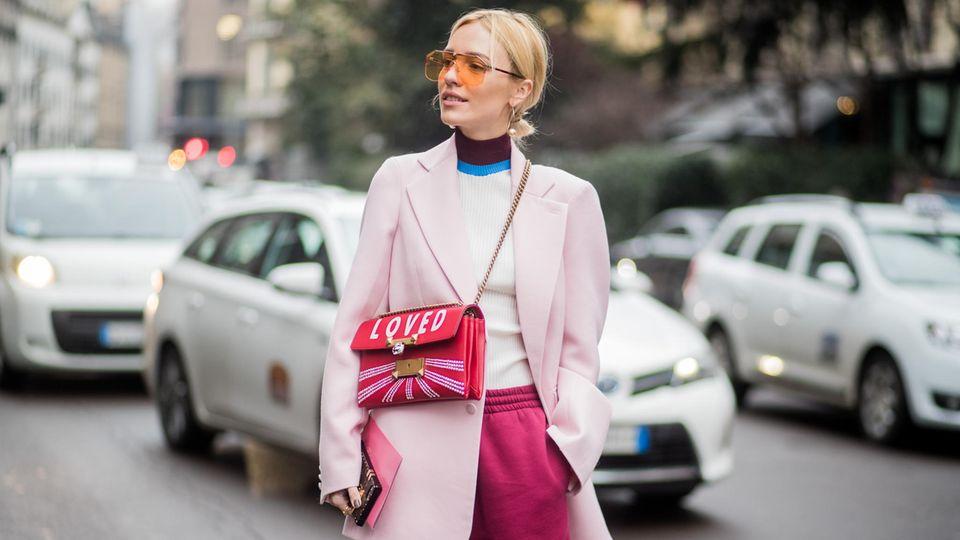 Frau in pinker Jogginghose im Streetstyle