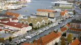 Dänemark: Kopenhagen  Die Hauptstadt Dänemarks wird bei kaum einer Ostseekreuzfahrt ausgelassen. Doch wer Kopenhagen auf eigene Faust entdecken möchte, ist auf einen Transferbus oder eine Taxifahrt angewiesen: Kopenhagens Piers für Kreuzfahrtschiffe wie der Ocean Quay liegen weiter draußen - mit einer Ausnahme: bis auf den Langeliniekaj gleich bei der Meerjungfrau.