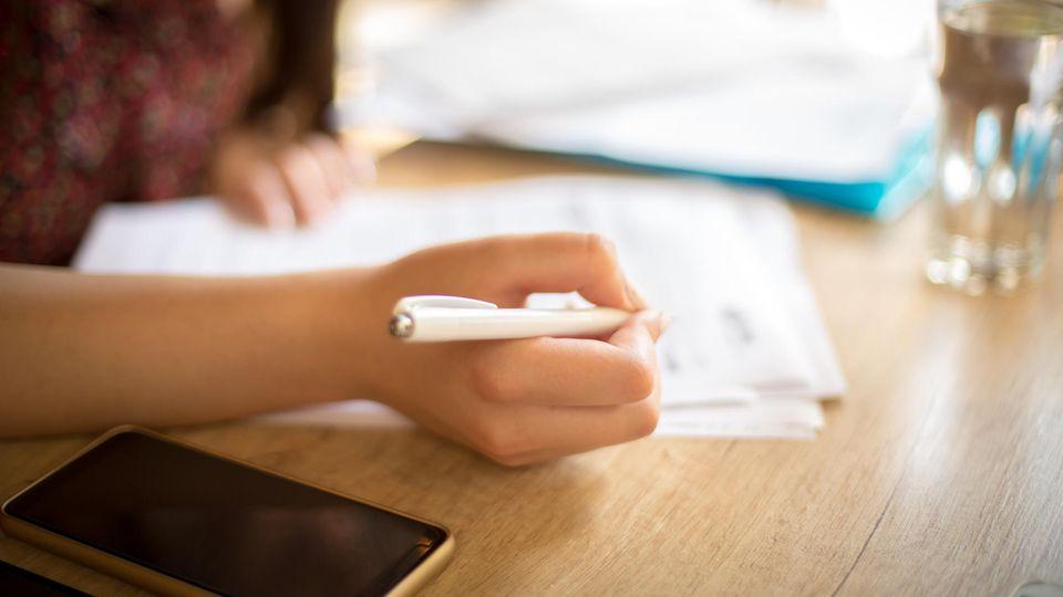 Frau mit Stift in der Hand