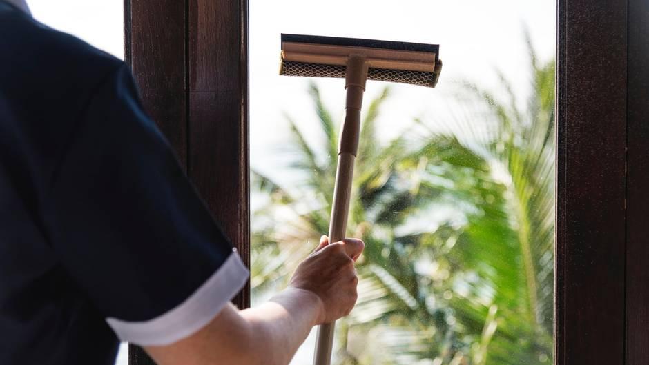 Die Frau soll laut ersten Ermittlungen das Fenster geöffnet haben, um es zu reinigen (Symbolfoto)