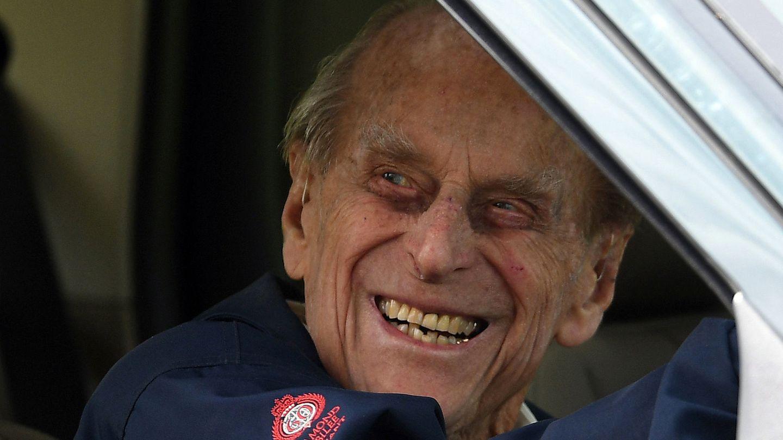 Prinz Philip lacht aus dem geöffneten Fahrerfenster eines Autos