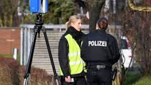 Polizisten in Schönberg bei Kiel, nachdem dort eine Dreifachmutter gestorben ist