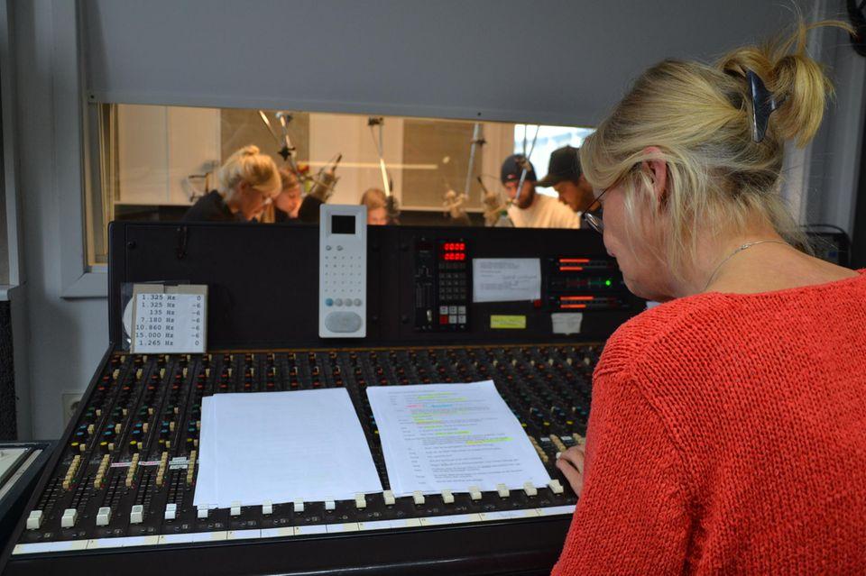 """Die Produzentin in Aktion: Sie leitet die Aufnahmen für eine neue """"Fünf Freunde""""-Folge"""