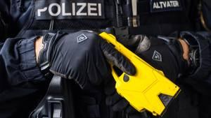 Polizist mit Elektroschockpistole