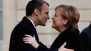 Emmanuel Macron, Präsident von Frankreich, begrüßt Bundeskanzlerin Angela Merkel im Elyseepalast