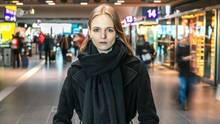 Ex-Model Jessica Bergs steht in einem Bahnhof und blickt in die Kamera