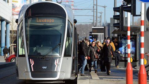 Öffentlicher Nahverkehr in Luxemburg: Eine Tramstation hält an einer Haltestelle