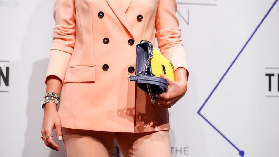 Laura Noltemeyer trägt auf der Marc Cain Show während der Fashion Week einen lachsfarbenen Zweiteiler