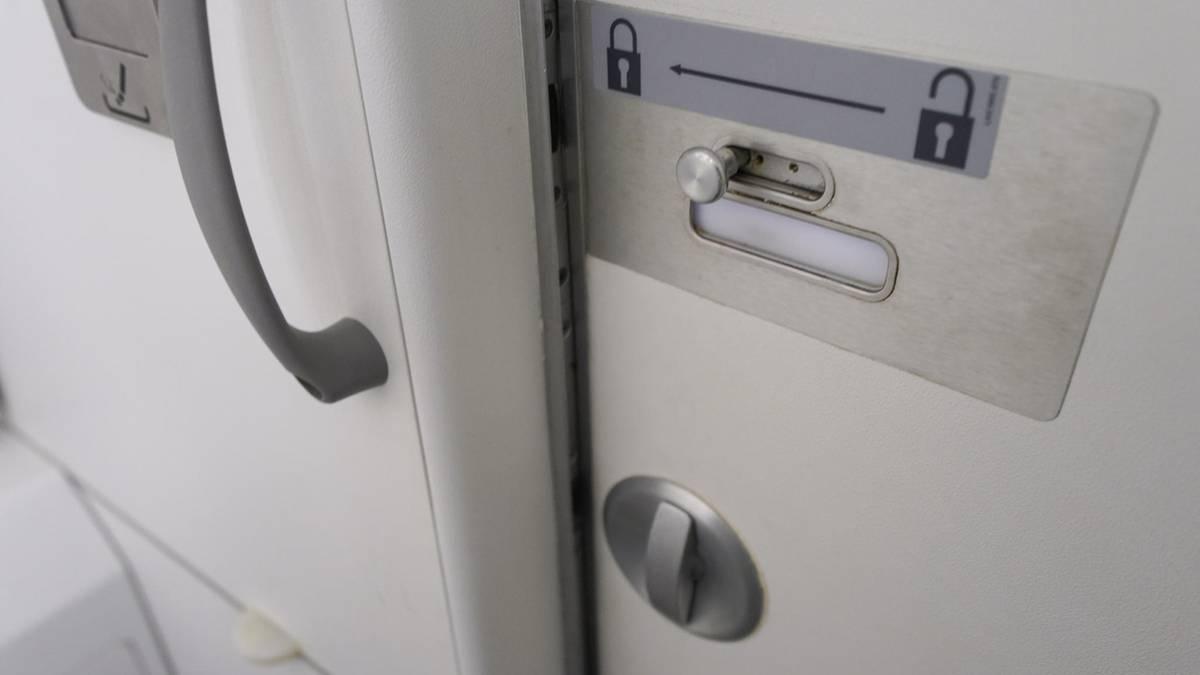 Auf Flug nach Taiwan: Passagier verlangt von Stewardess, ihm den Hintern abzuwischen