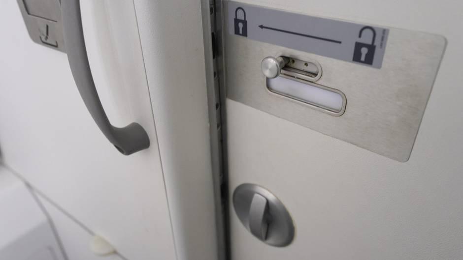 Eine Toilette in einem Flugzeug