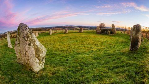 Dieser Steinkreis in Aberdeenshire ist echt und damit Jahrtausende alt - anders als die Replik inLeochel-Cushnie, die in dem weiter unten stehenden Tweet zu sehen ist