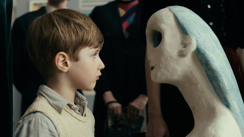 """Der kleine Kurt Barnert (Cai Cohrs) begegnet der Kunst in einer Szene des Films """"Werk ohne Autor"""""""