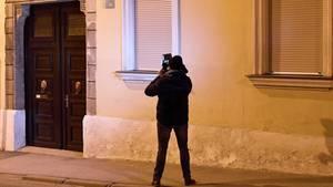 Ein Kameramann filmt im Bereich des Schauplatzes der Entführung einer 88-Jährigen in Eisenstadt inÖsterreich