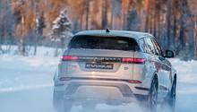 Das Heck mit den schmalen Leuchten ist dem Range Rover Velar nachempfunden