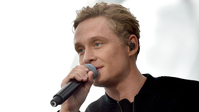 Matthias Schweighöfer steht bei einem Konzert auf der Bühne