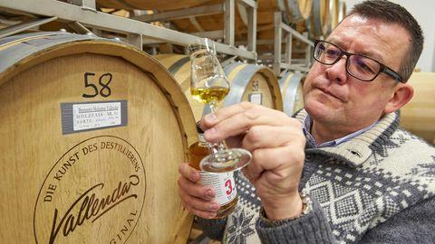 """Hubertus Vallendar probiert in seiner Brennerei seinen Whisky """"Malt of Kail"""" aus dem Holzfass. In Deutschland reift eine eigene Whiskykultur mit starker regionaler Verankerung heran."""