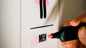 Nein, Feminismus ist nicht nur ein rosarotes Klischee, finden unsere Autoren. Und Männer können dazu sehr wohl einen Beitrag leisten.