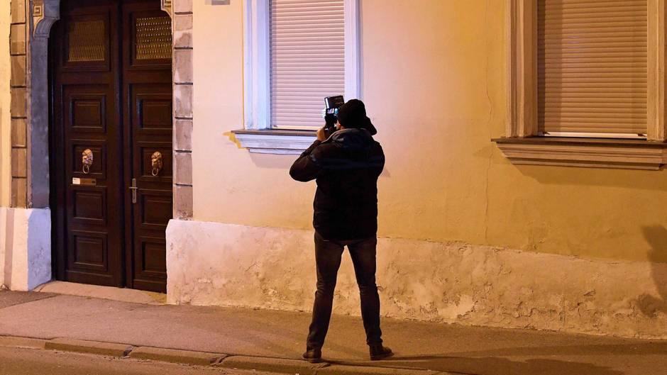 Österreich, Eisenstadt: Ein Kameramann filmt im Bereich des Schauplatzes der angeblichen Entführung