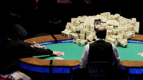 Karten liegen auf einem Pokertisch