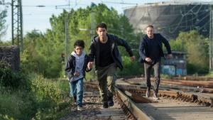 Kamal Atiya (M.) und sein kleiner Bruder Ayoub sind auf der Flucht vor Kriminalhauptkommissar Jens Stellbrink (Devid Striesow)