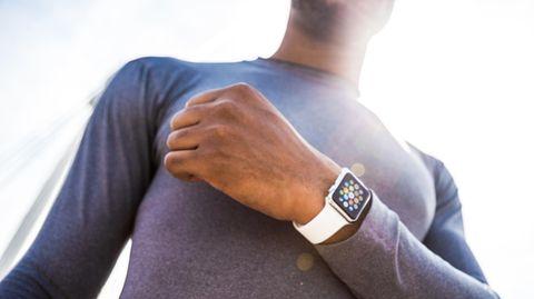 Wer eine Apple Watch oder einen Fitness-Tracker trägt, bewegt sich mehr - so die Hoffnung der Krankenkassen.
