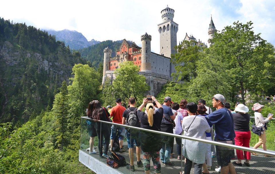 Auf derAussichtsplattform unterhalb des Schlosses Neuschwanstein:8000 Besucher muss das Gebäude jeden Tag verkraften.
