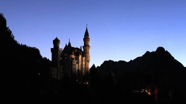 Zur blauen Stunde über dem Schloss Neuschwanstein bei Füssen