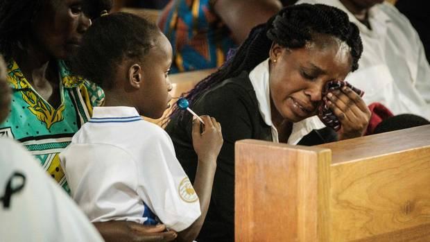 Nairobi, Kenia: Der Ehemann dieser Frau starb bei einem Terroranschlag vergangene Woche auf das DusitD2, ein Luxushotel in der Hauptstadt des Landes. An diesem Mittwoch fand in Nairobi eine Trauerzeremonie statt. Die junge Witwe weint, ihre kleine Tochter scheintnoch gar nicht zu verstehen, dass ihr Papa nicht mehr nach Hause kommt. Er war Angestellter des Hotelkomplexes, der vergangenen Dienstag von Islamisten angegriffen wurde. Mehr als 20 Stunden dauerte die Attacke, bei der 21 Menschen zu Tode kamen.