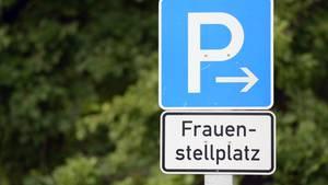 Das Verwaltungsgericht München kam zu dem Schluss: In der Straßenverkehrsordnung gibt es keine Beschilderung eines ausschließlich für Frauen reservierten Parkplatzes – deshalb dürfen solche Hinweise auch nicht auf öffentlichen Parkplätzen aufgestellt werden.