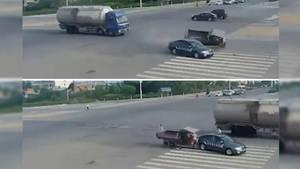 Zwei Zusammenstöße zweier Verkehrsteilnehmer in ein und demselben Unfall? Was erst einmal kurios klingt, ist auf dieser Straßenkreuzung in China tatsächlich passiert.