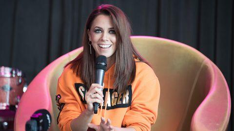 Vanessa Mai gibt ein Interview und lacht in die Kamera