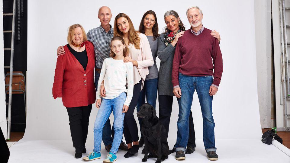 Neues Leben mit neuer Patchworkfamilie. Der Autor mit seiner Mutter (ganz links), die beiden Töchter Henni und Alina, Natascha und ihre Eltern (ganz rechts). Davor der Familienhund Fancy.