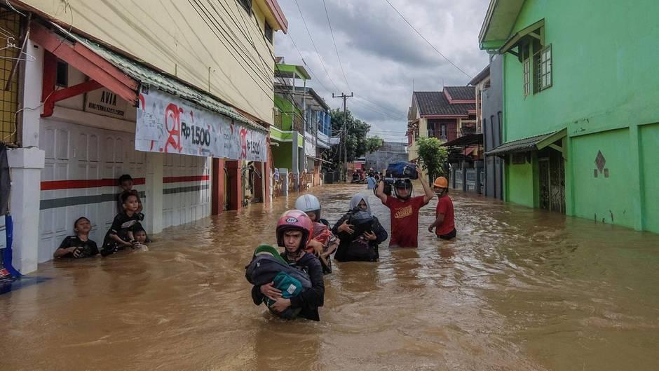 Makassar, Indonesien:Seit Tagen regnet sich der Monsun über der Insel Sulawesi ab. Besonders betroffen ist die Provinzhauptstadt Makassar. Dort setzten die Niederschlägeganze Straßenzüge unter Wasser; die Bewohner müssen mit ihre Habe die Flucht antreten. In der ganzen Provinz kamen bis zu 26 Menschen während des Monsuns ums Leben, der noch bis März anhalten wird.