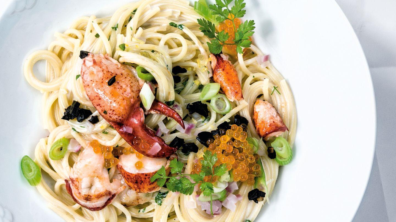 Spaghetti mit Kerbelsahne, Forellenkaviar und Hummer. Kocht sich bei etwas Vorbereitung ganz leicht.