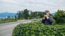 Ein Polizist aus Holz misst die Geschwindigkeit, doch die Straße ist komplett leer
